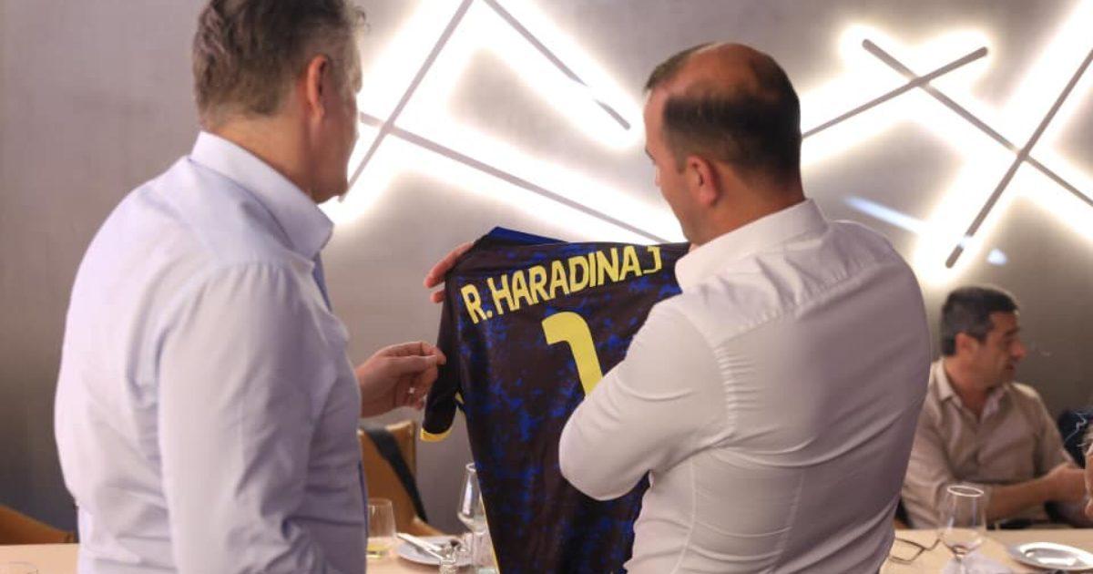 Haradinaj i dhuron legjendës së Real Madridit fanellën me slloganin 100  shtet
