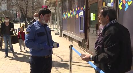 Kumanovë  zënka për radhë para bankës  VIDEO