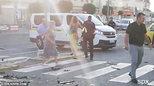 Habit gruaja  për plas me makinë automjetet e tjera dhe nis të kërcejë me bikini  VIDEO