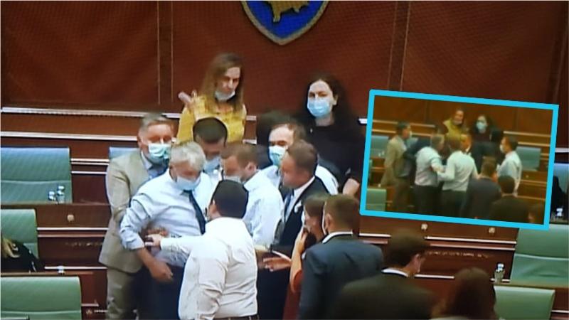 Momenti i eska limit të situatës në Kuvend  Deputeti i LDK së  i vërs ulet Vjosa Osmanit